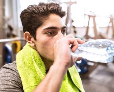 Σε «φουσκώνει» το νερό που πίνεις στην προπόνηση; Τι κάνεις λάθος;